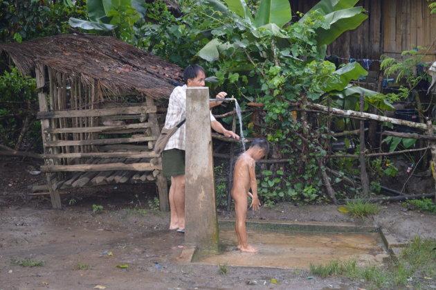 Douchen op primitieve wijze