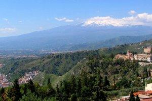 Zicht op de kust en mount Etna.