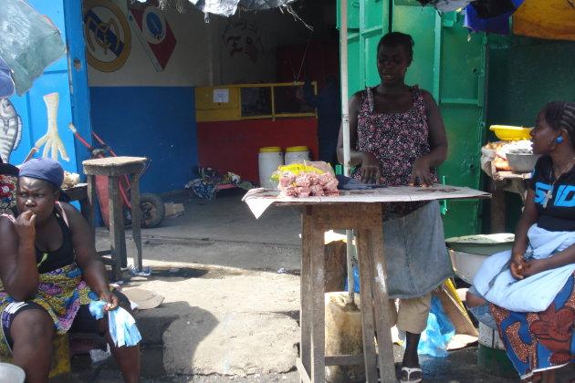 De lokale verkoopsters op de Monrovia markt
