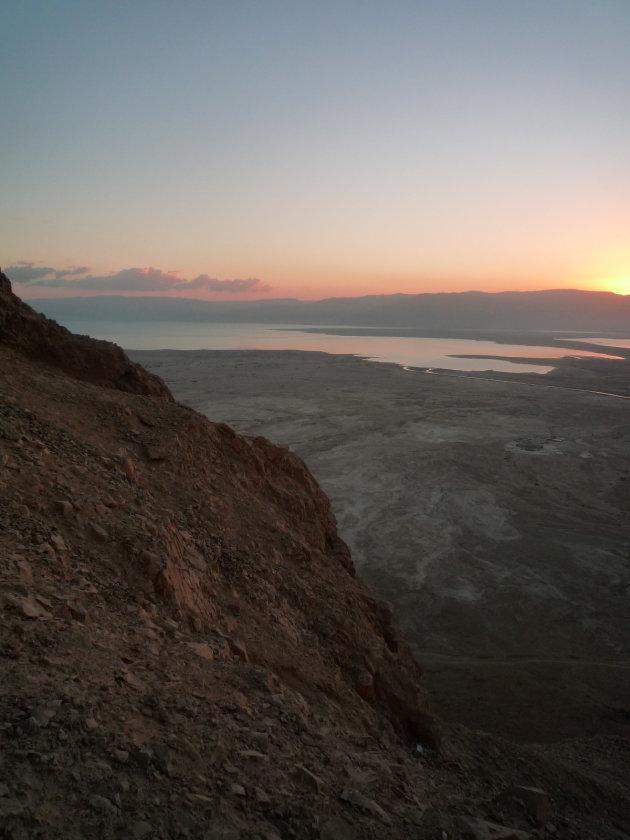 Zonsopgang vanaf de berg Massada uitkijkend op de Dode Zee en Jordanië