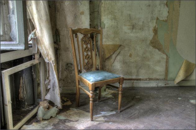 Oude stoel op zolder