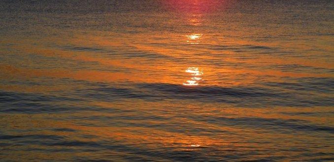 Strandwandeling bij ondergaande zon