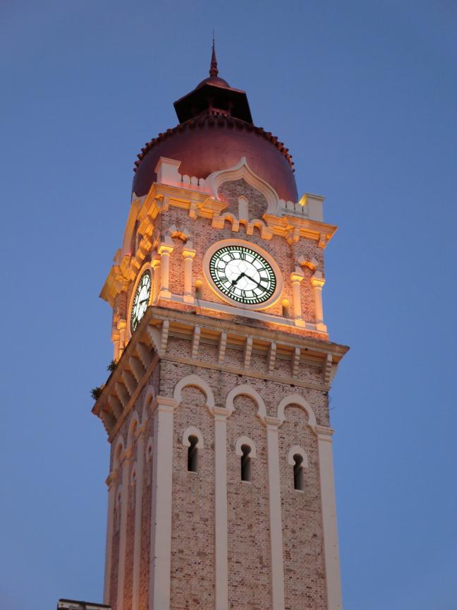 Magisch verlichte toren Sultan Abdul Samad-gebouw in de avond