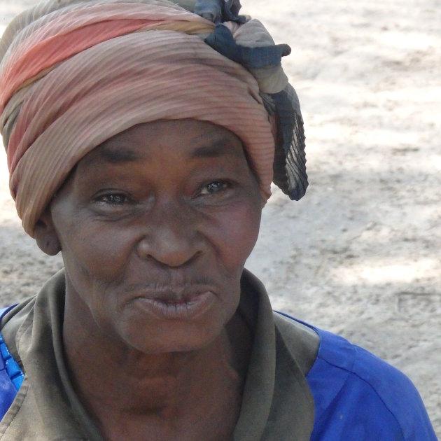 Oude vrouw in voodoodorp