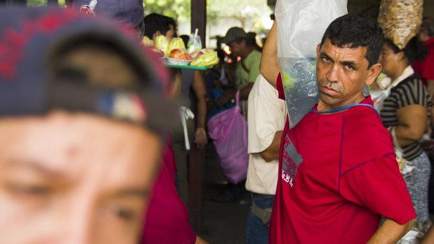 Verkoper op busstation, Managua.