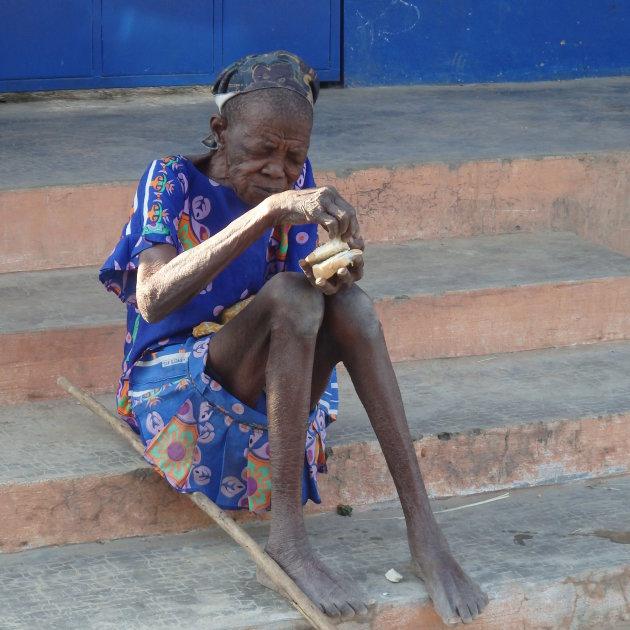 Oude vrouw in noorden van Togo