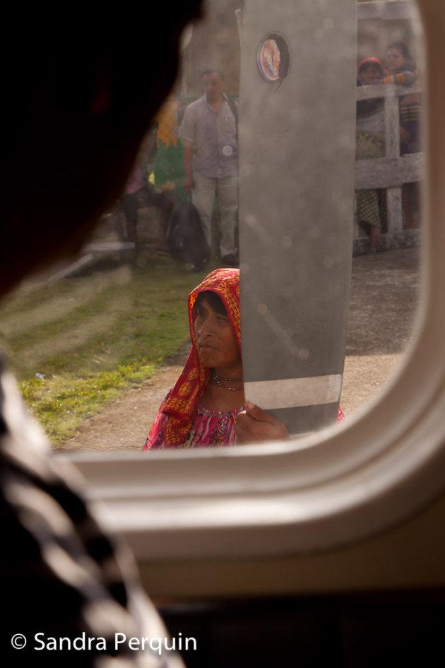Kuna indiaan die wacht op haar post.