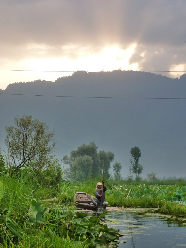 Vrouw op Dal Lake Srinagar