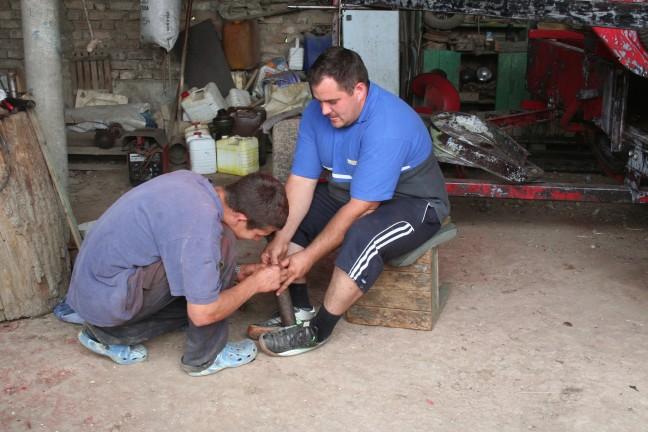 Twee mannen in gesprek over een reparatie