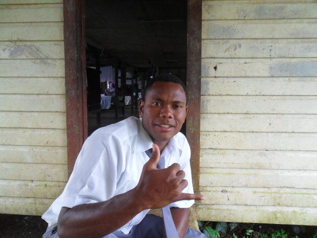 Coole pose van schooljongen op Vitu Levu, Fiji