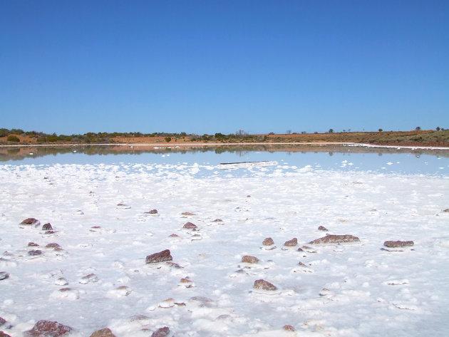 Klein zoutmeer in de outback van Australie