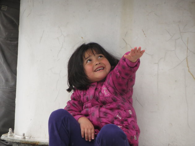 Klein meisje in de regen