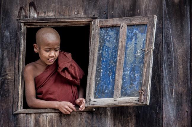 jonge monnik in het raam