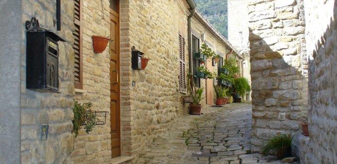De nauwe straatjes van Serra San Quirico