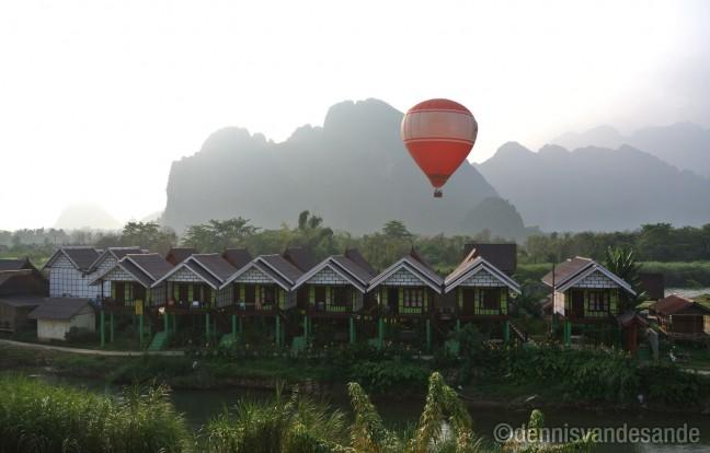 Luchtballon vaart over Vang Vieng