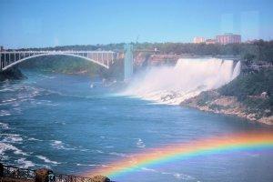 Regenboog en de Niagara Falls