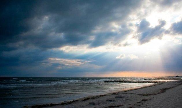 Donkere wolken op het strand bij het eiland Møn