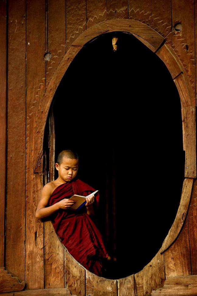 lezende monnik
