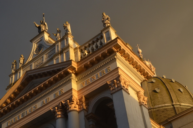 Dreigende lucht boven de kapel