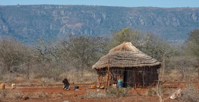 Huis in Swaziland, armoede rieten dak