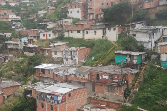 Met een kabelbaan over de sloppenwijken in Medellin