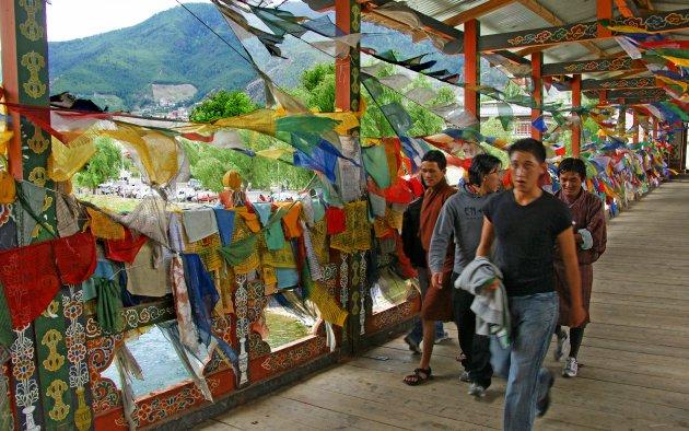 Vlaggenbrug naar de markt in Thimpu