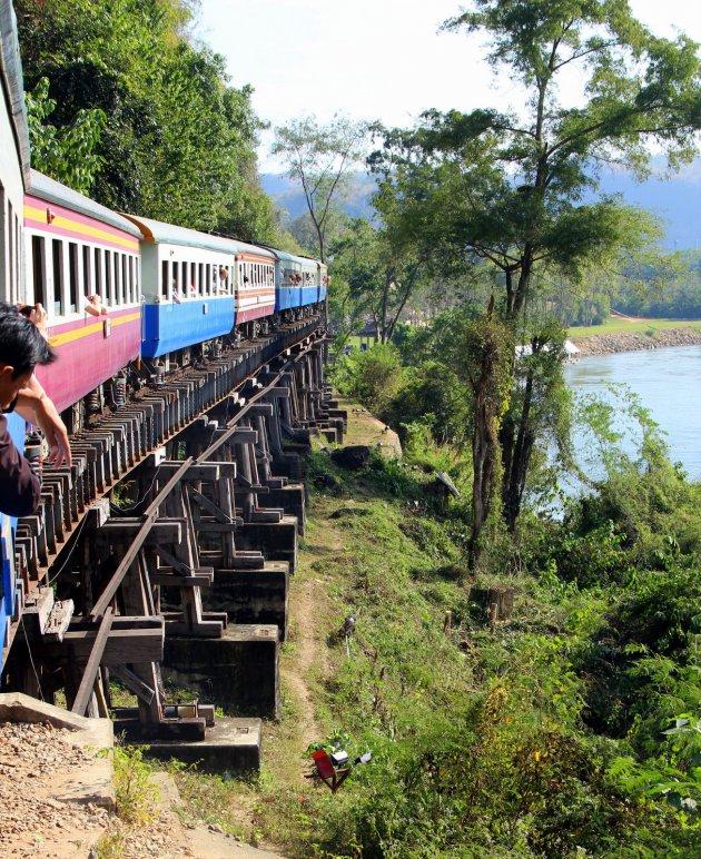 Trein over de river kwai brug