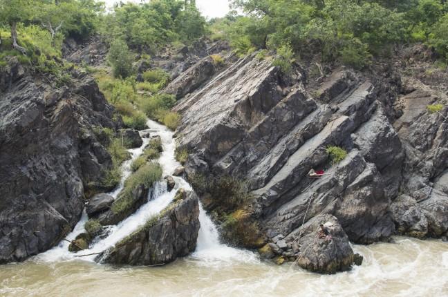 Vissen bij de waterval