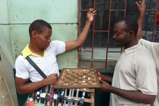 Geïmproviseerd dammen met bierdopjes en tussentijdse verkoop van horloges.