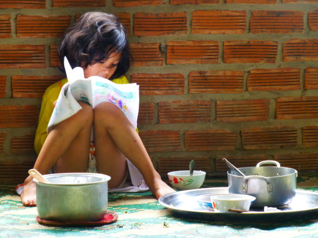 Vietnamees meisje en haar huiswerk