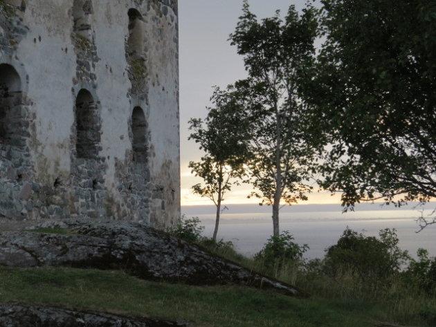 Ruine aan groot meer in Zweden