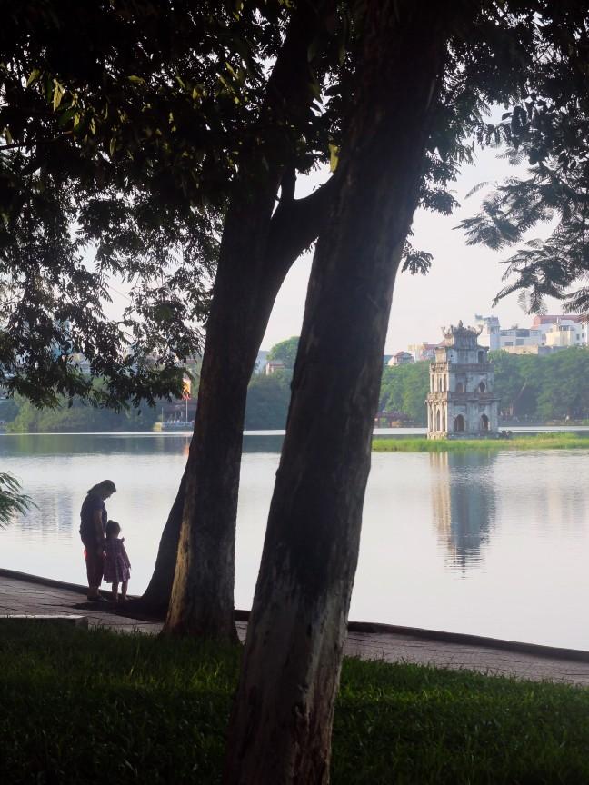Moeder en kind aan het Hoan Kiem (Hanoi)
