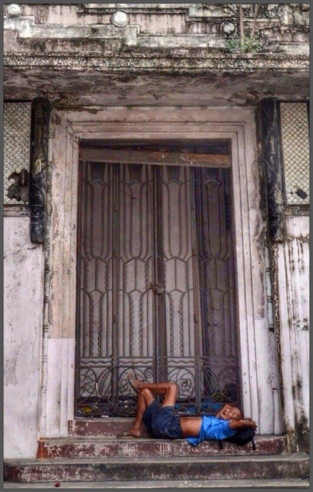 Voor de deuropening van een verlaten pand