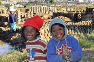 Kinderen bij de baksteenfabriek