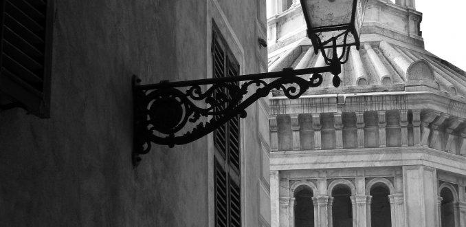Doorkijkje naar kerkje in Acqui Terme