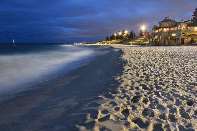 Avond foto van het Cottesloe strand in Perth