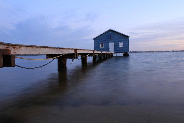 De steiger met de typerende lichtblauwe boatshed