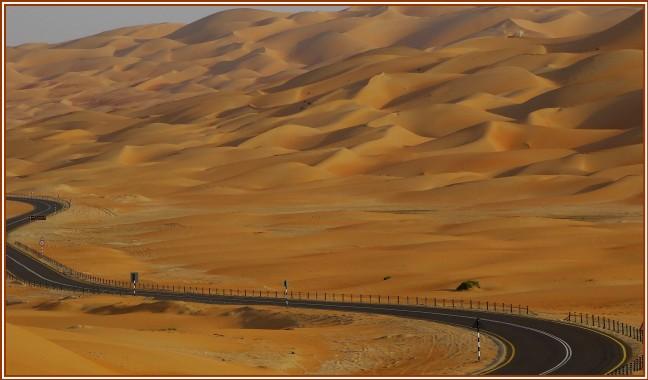 Slingeren door de woestijn.