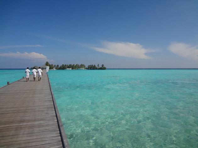 Het blauwe water van de Malediven
