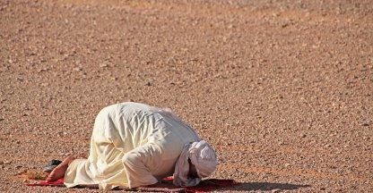 bidden in de woestijn