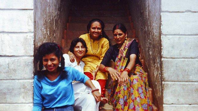 De dames in het portiek
