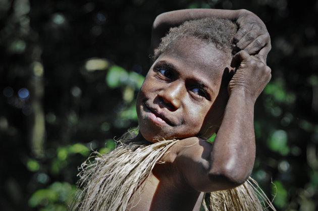 jongen uit ''kastom'' dorp
