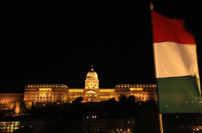 de vlag uit voor Boedapest