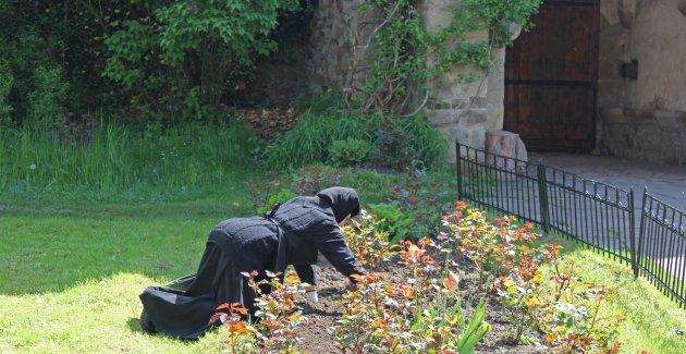Knielen in het klooster