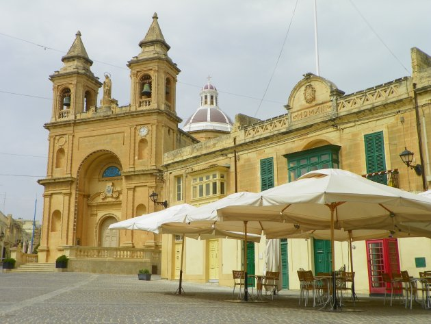 Kerk op centrale plein in Marsaxlokk