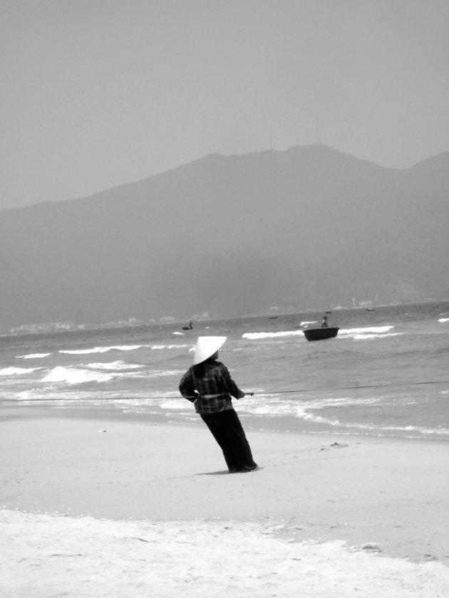 Visser op het strand van Da Nang