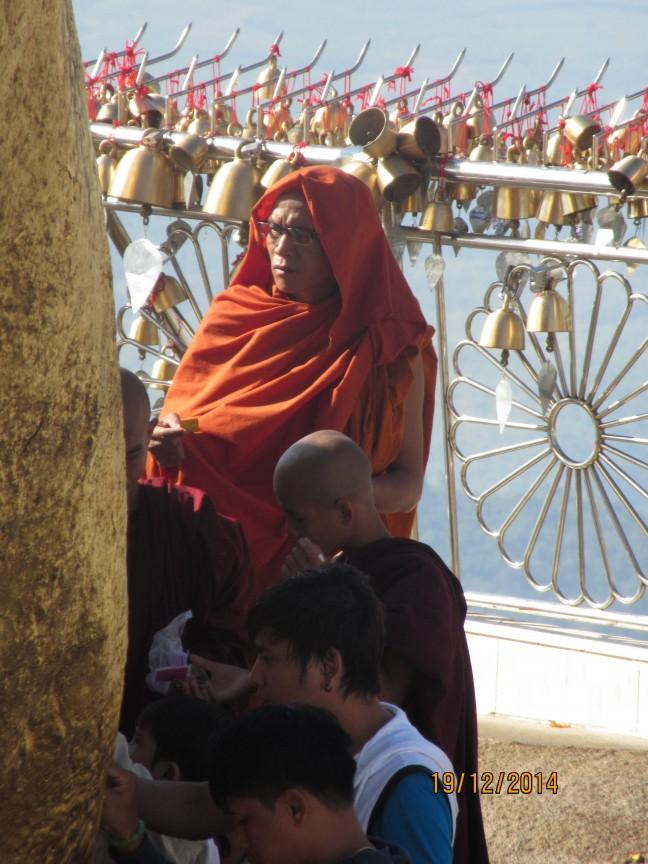 Biddende monnik bij Golden Rock (Myanmar)