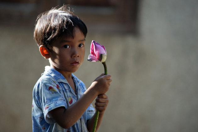 Jongen met lotusbloem