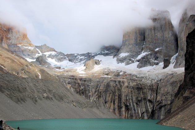 Zicht op de Torres del Paine met gletsjer en gletsjermeer