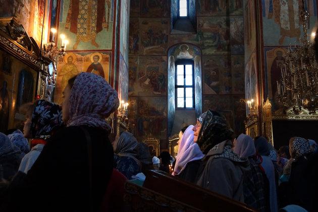 Devotie in het Drievuldigheidsklooster van Sergijev Posad